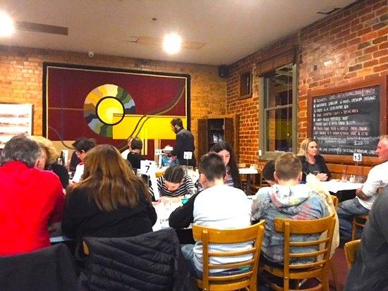 Creswick, Australia: Cosy, busy dining room