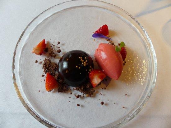 Duerrenroth, İsviçre: Dessert: Blütenpolle, Erdbeeren und Schokolade mit Eierlikör-Kern