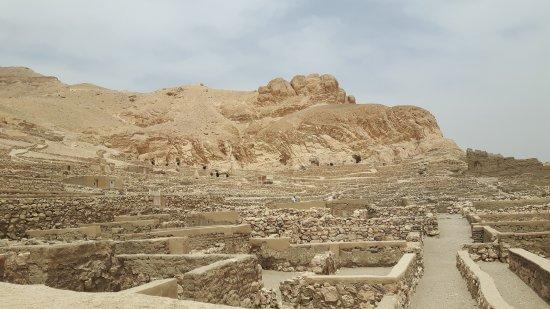 Valley of the Artisans (Deir el-Medina): Workers home site Deir el- Medina