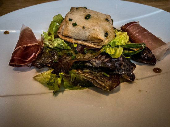 Saint-Avit-Senieur, Γαλλία: Salade de Chevre Chaud, very yummy and I liked the cheese wrapped in the filo packets.