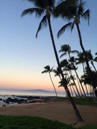 Days Inn Maui Oceanfront: My first sunset in Maui. This is the Maui Days Inn Oceanfront Beach.