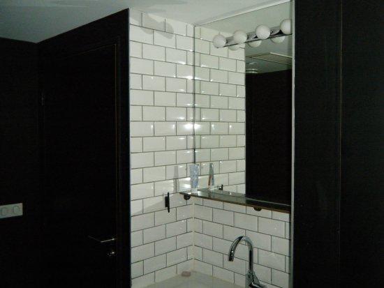 le coin brossage de dents lavage de mains l 39 int rieur. Black Bedroom Furniture Sets. Home Design Ideas
