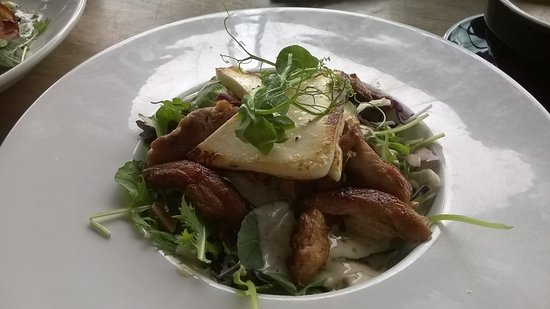 Pirongia, นิวซีแลนด์: Sticky Chicken, Haloumi and Smoked Almond Salad