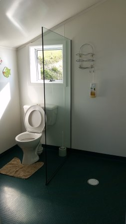 Nugget Lodge: toilet and shower