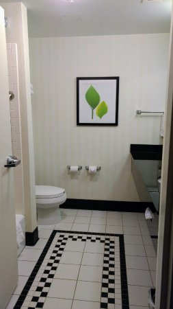 Fairfield Inn & Suites Morgantown: Bathroom