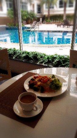 Hope Land Executive Serviced Apartment: 朝食のレストランから中庭のプールを眺める