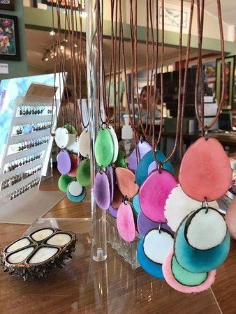 Makawao, Hawái: Hand made necklaces to go with the water color shirts