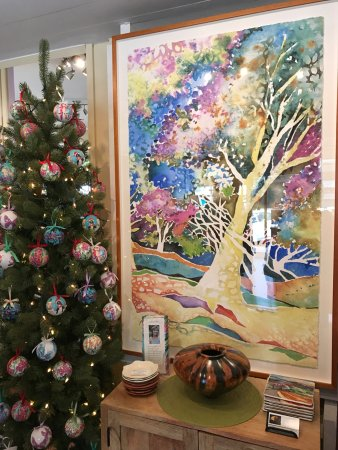 Makawao, Hawái: Christmas ornaments and framed watercolor art