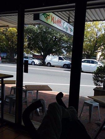 Blackheath, ออสเตรเลีย: Tables outside for fresh Air seating.