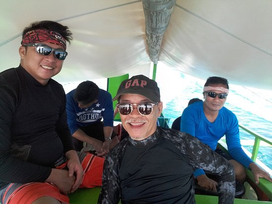 Occidental Mindoro Province, Filipinas: Gerard, the tour facilitator, me and Estong, boatman/guide