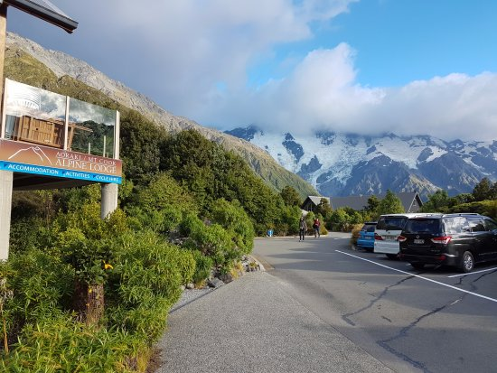 Aoraki Mount Cook Alpine Lodge: A small parking lot at the front