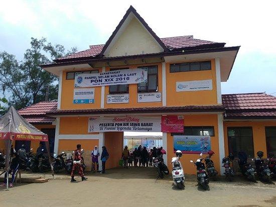 Indramayu, Indonesia: Pintu gerbang masuk Pantai Tirtamaya