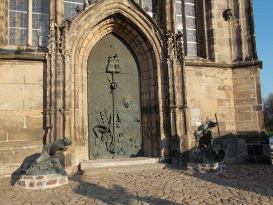 """Johanniskirche Magdeburg: Portal mit Figuren """"Zerstörung und Wiederaufbau"""""""