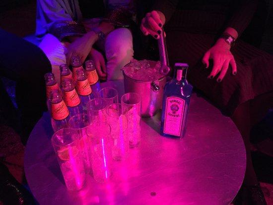 Dentro de Lux, en una mesa.