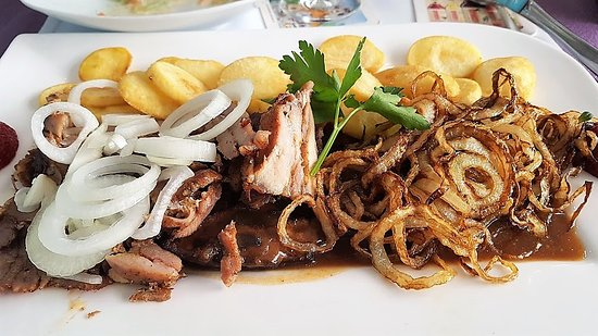 Bruchsal, Tyskland: Gyros mit Leber und Zwiebeln mit Kartoffelchips