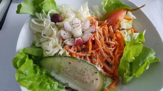 Bruchsal, Tyskland: frischer lecker Salat davor /dazu