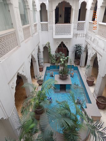 Jyoti Mahal Guest House: View from internal landing balcony's