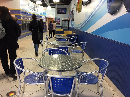 Livingston, Nueva Jersey: Swede's Frozen Yogurt - table seating