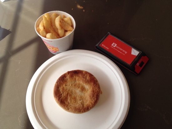 Sutton Forest, Австралия: Steak and mushroom pie and chips