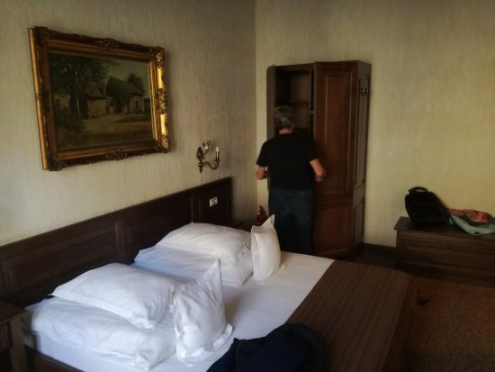 Bella Muzica: Double bed with all you need
