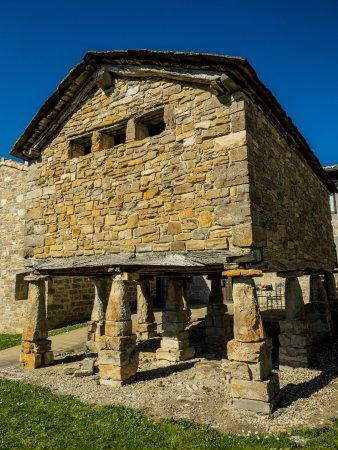 horreo en los interiores de los muros de la hospederia santa fe