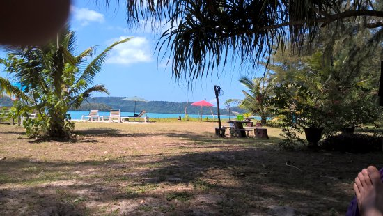 J2B Beach Bungalows: view from garden to the beach