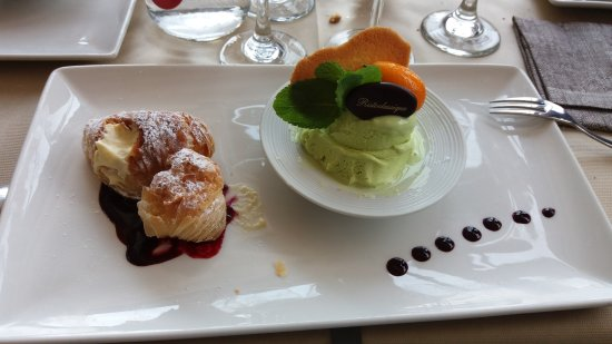 Ristorante Classique: Sfogliatelle fresche con gelato al pistacchio