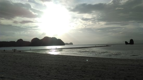 Tanjung Rhu Resort: 黃昏時躺在泳池旁的view