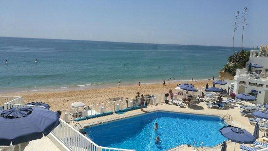 Piscina zona de hamacas y playa photo de holiday inn for Hamacas de piscina