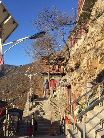 Pulandian, Çin: Ein Tempel direkt am und im Berg. Zu chinesischen Feiertagen ist es hier sehr voll und verräuche