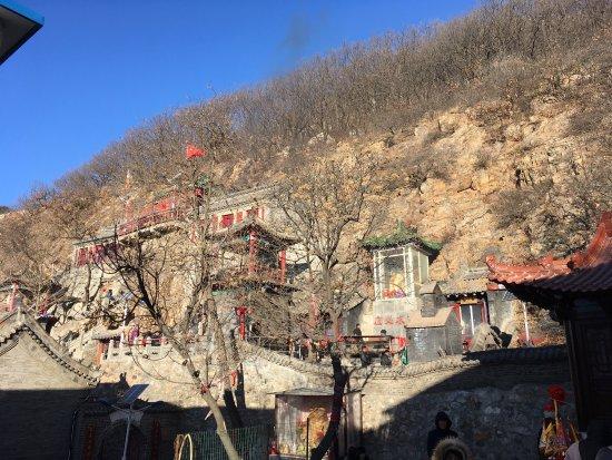 Pulandian, China: Ein Tempel direkt am und im Berg. Zu chinesischen Feiertagen ist es hier sehr voll und verräuche