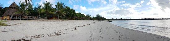 Kimbilio Lodge: beach front looking north