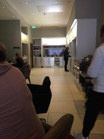 Hampton by Hilton London Croydon: Breakfast room. Quite good once I got the idea ...