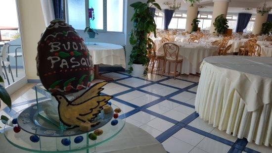 Park Hotel & Terme Romantica: Ospiti e Staff del Romantica Hotel sono pronti per il pranzo di Pasqua!