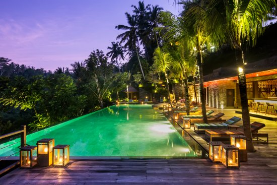 Chapung SeBali Resort and Spa: Jungle Fish pool bar by night