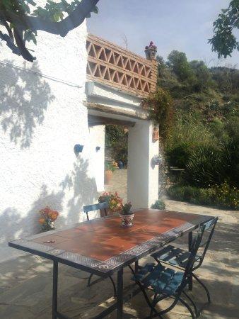 Pitres, İspanya: An diesem Tisch wurde uns mit viel Liebe ein wunderbares, umfangreiches Frühstück serviert.