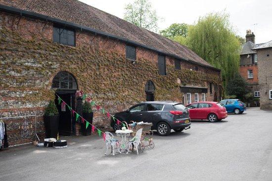 Wilton, UK: Little antique shop in the car park