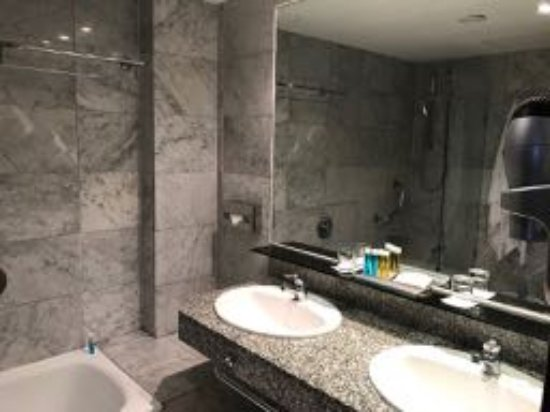 Cleopatra Palace Hotel: Two sinks - a bonus.