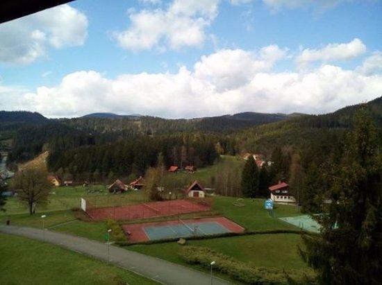 Horni Becva, Tsjechië: Výhled z okna na antukové hřiště, vpravo vzadu venkovní bazén