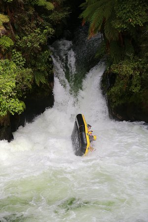 Okere Falls, Nuova Zelanda: Going over the highest commercially rafted waterfall in the world - 7 metres