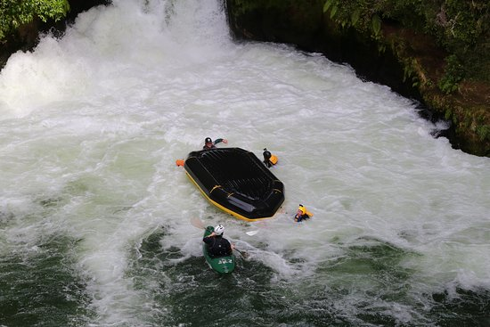 Okere Falls, Nuova Zelanda: John and Paul were out along with Jack the raft guide. Me and Jo were underneath!!