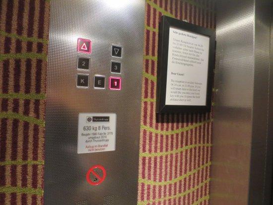 Исманинг, Германия: 80'er Jahre Charme im Aufzug