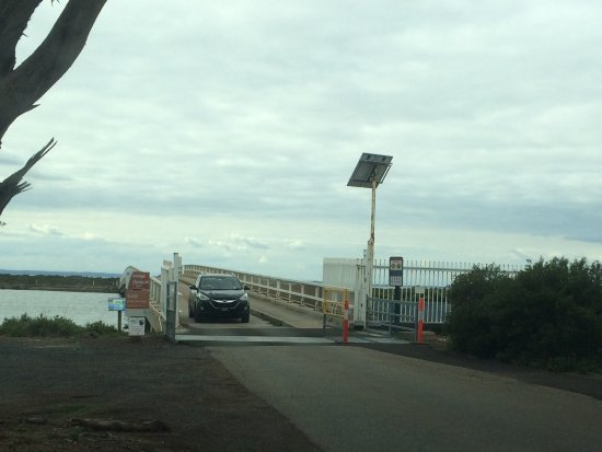 Phillip Island, Australia: Small single lane bridge to the island