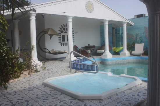 Villa Sunflower: Pool with jacuzzi