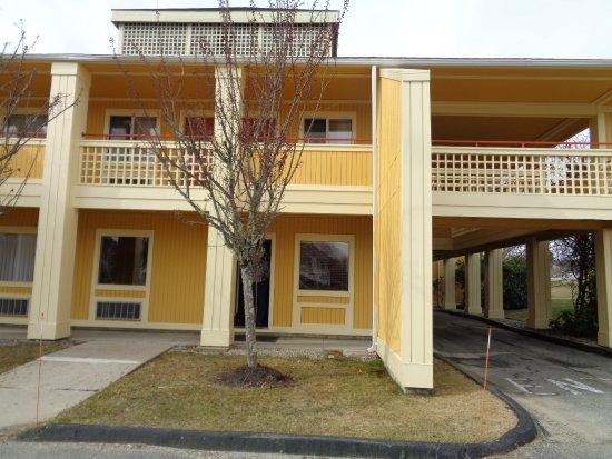 Econo Lodge Freeport: side entrance