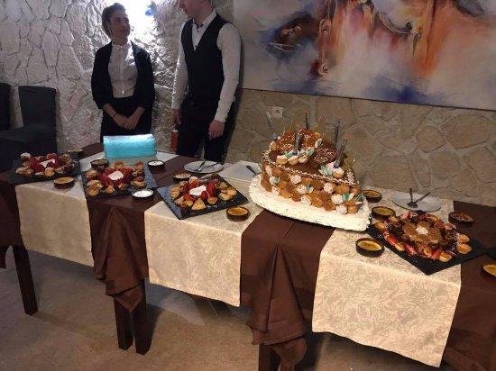 Morestel, فرنسا: La pièce montée des mariés et multiples migniardises