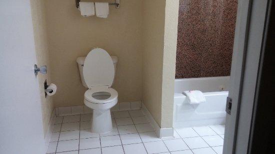 Days Inn by Wyndham San Antonio Northwest/Seaworld: Bathroom, entry view