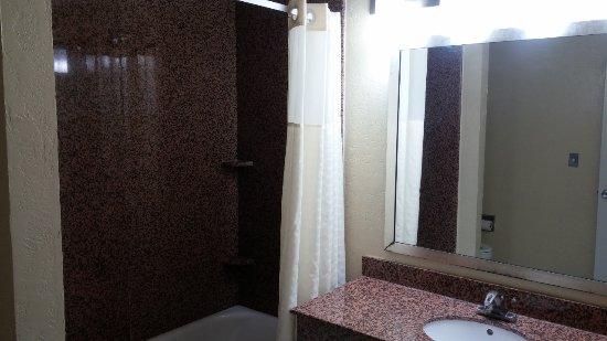 Days Inn by Wyndham San Antonio Northwest/Seaworld: Bathroom, Shower and sink