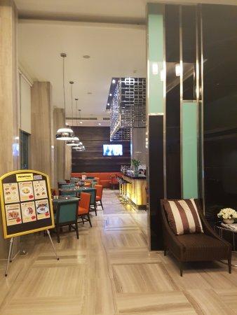 FX Hotel Metrolink Makkasan: จากลอบบี้มองไปเป็นห้องอาหารเช้า