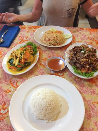 Red Onion: such a good spot we visited 4x during our stay. red curry everytime and other dishes were tasty